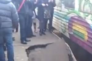 ЧП в Киеве: На станции рухнул перрон с людьми.