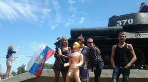 Авторам лука с секс-куклой на фоне мемориала в День Победы грозит 7 лет тюрьмы