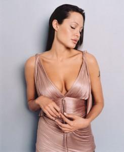 Из-за страха перед раком Анжелина Джоли удалила себе грудь