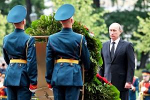 Путин возложил венок к Могиле Неизвестного Солдата у Кремлевской стены