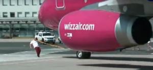 Тяжеловес протащил зубами 50-тонный самолёт