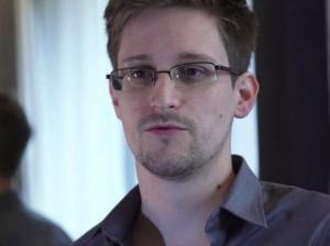 Американские власти официально попросили отдать им беглого Сноудена