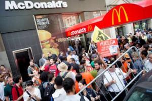 Массовые забастовки работников фаст-фуда