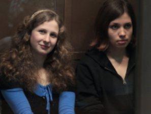 Алехину и Толоконникову из Pussy Riot могут освободить в честь юбилея Конституции
