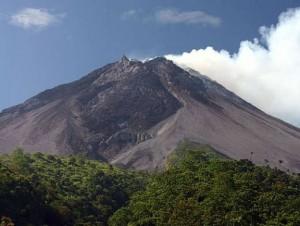 Продолжаются поиски пропавшего на индонезийском вулкане россиянина