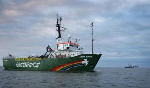 Ледокол Greenpeace обстреляли пограничники