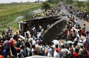 Автобус в Индии столкнулся с бензовозом, погибло 40 человек