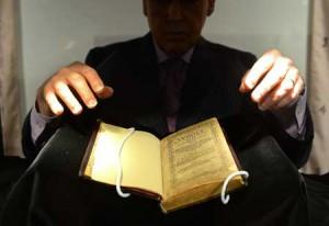 Первая напечатанная в Соединенных Штатах книга продана на аукционе за 14.2 млн. долларов