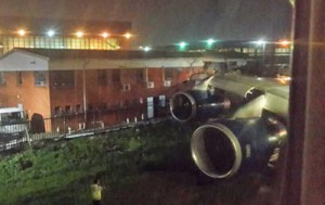 Самолет с 182-мя пассажирами на борту врезался в здание в аэропорту ЮАР