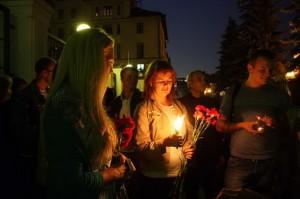 Жители Москвы несут цветы к представительству Волгограда