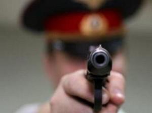 Защищаясь от нападающего преступника, полицейский применил оружие