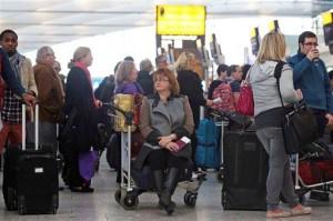 Сотни рейсов были задержаны или отменены в самых загруженных аэропортах Великобритании