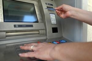 Человека, попытавшегося вскрыть банкомат, выявила камера наружного наблюдения