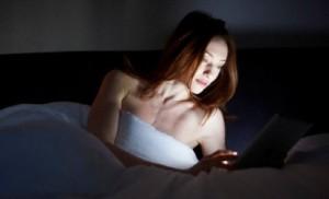 Оказывается, что использование смартфона перед сном может стать причиной бессонницы