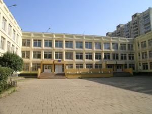 Примерно 400 человек экстренно эвакуированы из школы на западе столицы