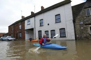 Река Темза вышла из берегов,  в результате чего затоплены населенные пункты