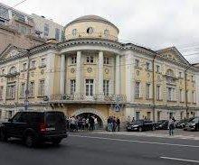 В центре столицы на девушку обрушился карниз старого здания