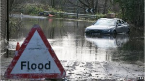 Шторм унес жизни двоих людей в Южной Англии