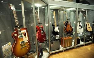 На аукционе в американском городе Нью-Йорк будут выставлены свыше 250 редких гитар