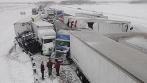 Столкновение примерно 50 автомобилей в Соединенных Штатах стало причиной смерти трех человек