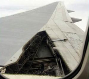 В Соединенных Штатах самолет совершил экстренную посадку из-за поврежденной обшивки крыла