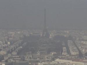 Власти Парижа вводят ограничения на движение автомобилей из-за загрязнения воздуха