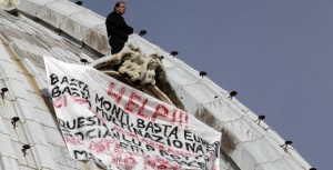 Житель Италии в знак протеста забрался на купол собора Святого Петра в Ватикане