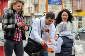 В Калининграде готовятся ко Дню Победы: активисты раздают георгиевские ленты