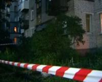 Мужчина столкнул с окна жену и ребенка, после чего выбросился сам
