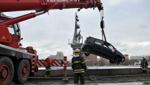 Падение иномарки в Москву-реку стало причиной смерти одного человека