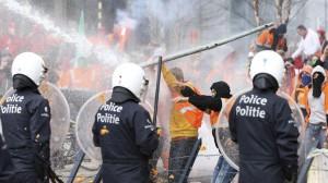 Примерно 30 человек пострадали при столкновениях с правоохранительными органами в Брюсселе