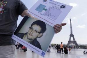 Сноуден просит власти России продлить временное убежище