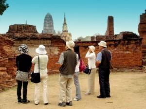 Международные туристские прибытия в Таиланд упали на 4,91%, с января по апрель, в этом году, по данным Министерства туризма и спорта.  Опубликованные в понедельник данные Министерства говорят о том, что 8 620 644 человек посетило страну в течение первых четырех месяцев по сравнению с 9 065 759 во время аналогичного периода ещё в прошлом году.  Туристический сектор Таиланда продолжает переживать серьезные последствия  политической нестабильности, которая, вероятно, увеличится, если не произойдёт кардинального смягчения оппозиционных политических позиций. Туристический сектор призывает обе стороны найти промежуточный путь компромисса для разрешения конфликта, который калечит экономику на протяжении  последних шести месяцев.  Поток туристов из Азии существенно снизился, и эта тенденция, если не обратится вспять, заставит туристические фирмы сократить или даже уничтожить часть туристического сектора. Гостиницы очень пострадаюти, возможно, придется увольнять сотрудников, если снижение продолжится и в третьем квартале этого года.