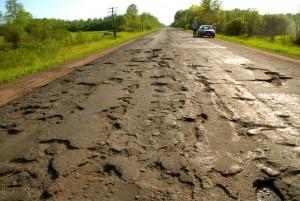 В Новгородской области чиновникам показали, как нужно чинить дороги