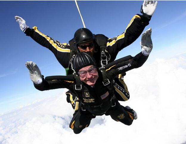Джордж Буш – старший свой юбилей отметил, как обычно, прыжком с парашютом