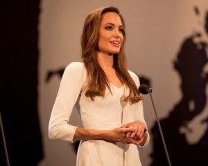 Елизавета ІІ присвоила Анджелине Джоли титул дамы