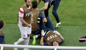 Лекарь сборной Англии вывихнул лодыжку, радуясь забитому голу