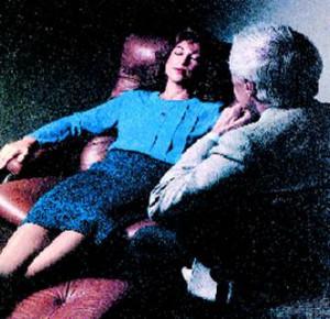 Люди, которых часто посещает такой недуг как бессонница, могут попытаться вернуться к нормальному сну при помощи качественного гипноза. Специалисты Высшего учебного заведения Цюриха доказали, что гипнотизирование оказывает сонное воздействие на страдающего бессонницей человека. Гипноз с легкостью может заменить снотворное, которое является вдобавок ко всему неполезным. У снотворного имеется множественное количество побочных действий.  Ученые акцентировали  все свое внимание на изучении реакции здоровых женщин. 70 добровольцев высказали желание поучаствовать в эксперименте. Все они оказались представительницами слабого пола. Женщины более склонны к быстрому воздействию гипноза, поэтому ученые избрали для исследования именно женщин. Они создали три группы, различных по степени воздействия гипноза. Членам одной группы было предложено спать в течение дня всего полтора часа. Другой группе давали спать до дневного сна. Испытуемые прослушали запись с гипнотическим эффектом, но не более 13 минут.Контрольной группе было предложено слушать нейтральные разговоры людей, а, также звуки природы. После чего  выяснилось, что у женщин, в частности тех, кто был склонен к гипнозу, период медленного сна стала больше на 80%. Этот период стал характерен выделением особенных гормонов, которые способствуют восстановлению клетки, а также стимулируют иммунную систему. Хотя, у гипноза нет побочных эффектов, что является положительным для людей в зрелом возрасте.