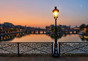 Под тяжестью «замочков влюбленных» частично обрушился парижский Мост Искуств