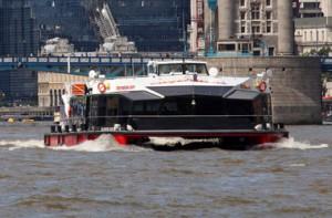 В Лондоне теплоход с двумя сотнями пассажиров врезался в Тауэрский мост