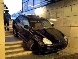 В Москве водитель сбил двух человек, и после съехал в подземный переход
