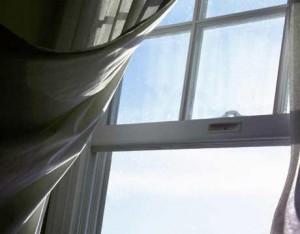 В Сахалине женщина поймала выпавшего из окна пятого этажа сына