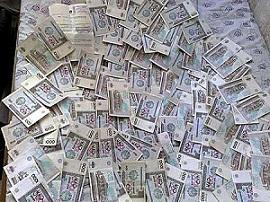В Ташкенте в аварии с участием инкассаторской машины случайные прохожие собирали деньги прямо с асфальта