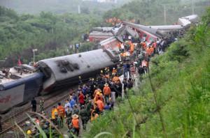 В Японии из – за оползней сошел поезд