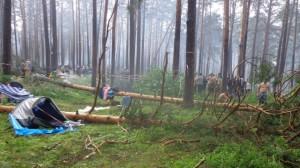 Ураган повалил высокие деревья на определенном участке, для  проведения мероприятия. Во время стихийного бедствия пострадавшими оказались 9 человек. У них обнаружены различные травмы, с разной степенью тяжести. Все пострадавшие госпитализированы в больницу. 48 летнюю женщину из города Златоуст, ударило молнией, она скончалась на месте. Двое малолетних детей получили травмы несовместимые с жизнью. Девочке было 7 лет, мальчику 10. На детей упало дерево, дети погибли. Все это происходило во время урагана на озере Ильмень Челябинской области. На данный момент, по происшествию полиция проводит доследственную  проверку.