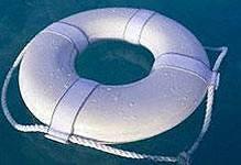Во Владивостоке моряки достали из воды девушку, спрыгнувшую с моста