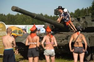 Гости рок – фестиваля «Нашествие» катаются на танках
