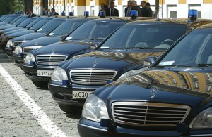 Премьер Медведев запретил закупать за границей иномарки за счет державы