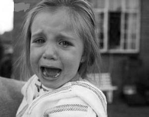 Изуродованное чучело на крыше машины довело до истерики детишек из детского сада