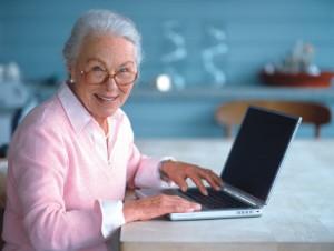 Новгородские пенсионеры обучаются дистанционно компьютерной грамотности